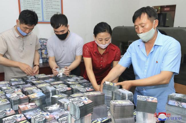 Les Nord-Coréens préparent des tracts de propagande contre la Corée du Sud
