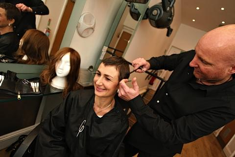 Generous hairdresser provides free styling sessions for cancer sufferers